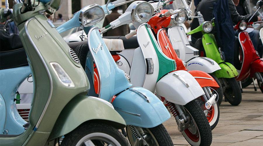 Kleurrijke scooters en bromfietsen